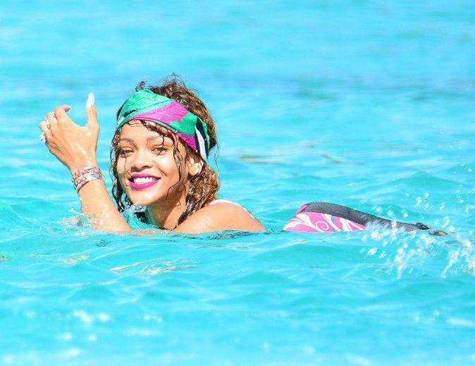 Photos-Rihanna-et-Lewis-Hamilton-inseparables-elle-lui-sort-encore-le-grand-jeu-!_portrait_w674 (2)