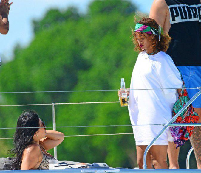 Photos-Rihanna-et-Lewis-Hamilton-inseparables-elle-lui-sort-encore-le-grand-jeu-!_portrait_w674 (4)
