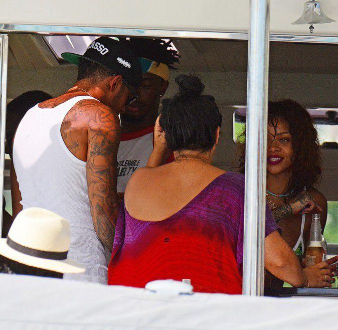 Photos-Rihanna-et-Lewis-Hamilton-inseparables-elle-lui-sort-encore-le-grand-jeu-!_portrait_w674 (6)