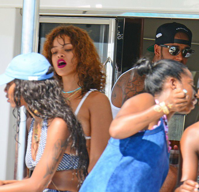 Photos-Rihanna-et-Lewis-Hamilton-inseparables-elle-lui-sort-encore-le-grand-jeu-!_portrait_w674 (7)