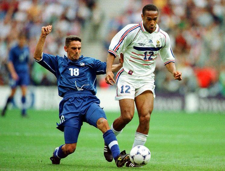 Thierry Henry contre Roberto Baggio - Italie / France - Coupe du Monde 98 - 1/4 Quart - 03.07.1998 - Foot Football - largeur action duel Imago00071209