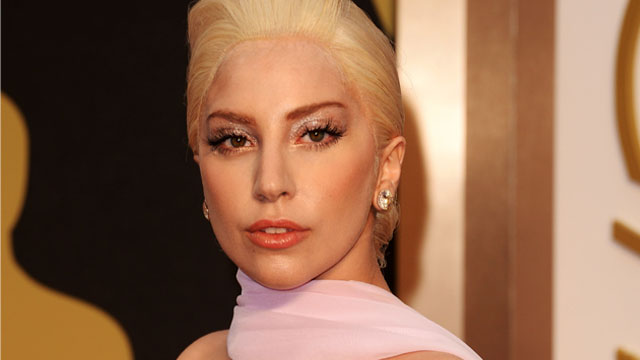 Lady-Gaga-Taylor-Kinney-lui-met-une-main-aux-fesses-sur-le-red-carpet-